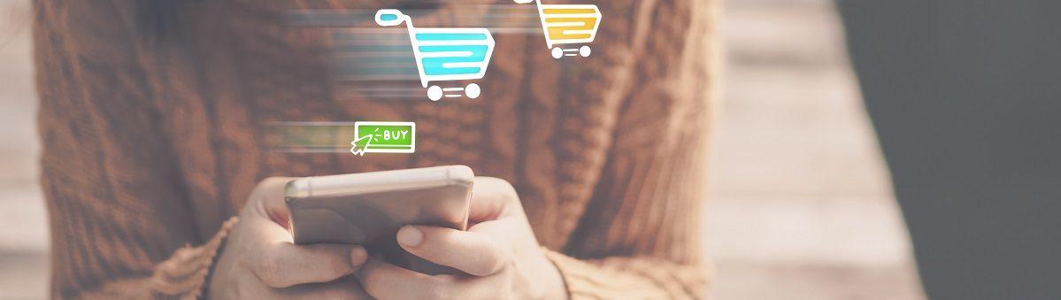 Mujer comprando por una app